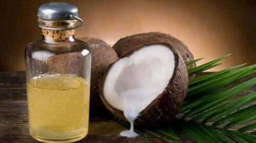 Een kokosnoot en kokosolie