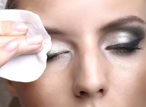 Een vrouw verwijdert haar oogschaduw