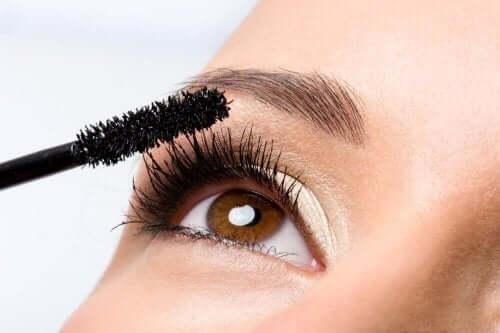 Vrouw brengt mascara aan op de wimpers