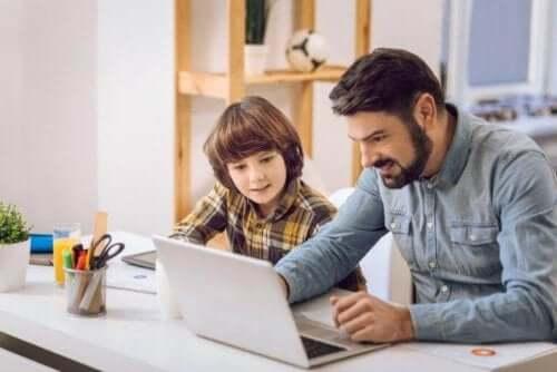 Ouder doet huiswerk met kind