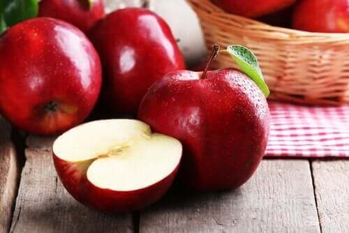 Rode appels op een tafel