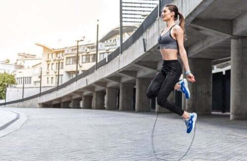 Vrouw doet aan touwtjespringen