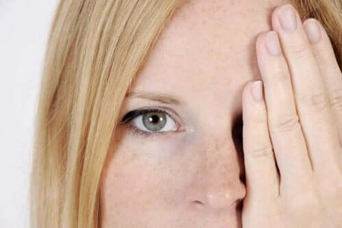 Vijf oorzaken van donkere vlekken in het gezicht