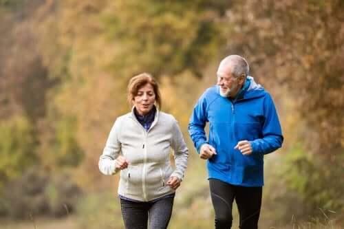 Oudere mensen wandelen in de natuur