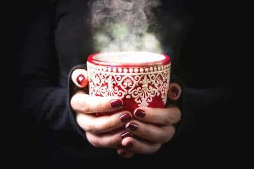 Vijf warme en koude dranken tegen keelpijn