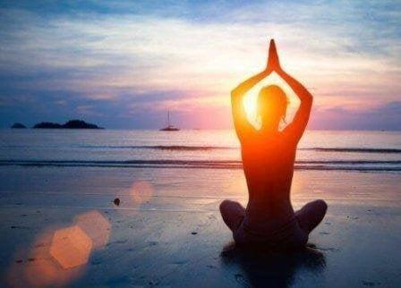 Yoga op het strand tegen reflux