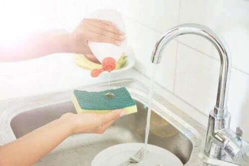 Desinfecteer je keukensponzen met vijf trucjes