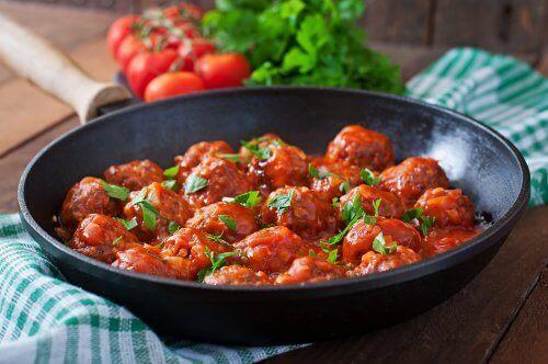 Havermoutgehaktballen met kaas en tomatensaus