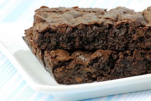 Een stuk brownie op een bord