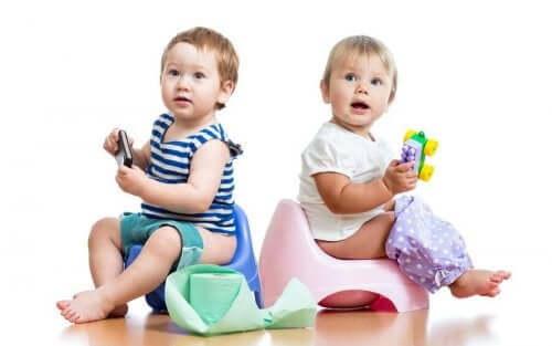 jongen en meisje op een potje