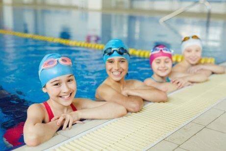 kinderen bij hun zwemles