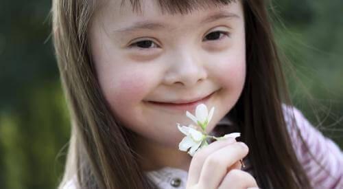 meisje ruikt aan witte bloem