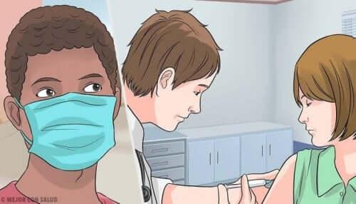 Persoon met mondkapje en vaccineren