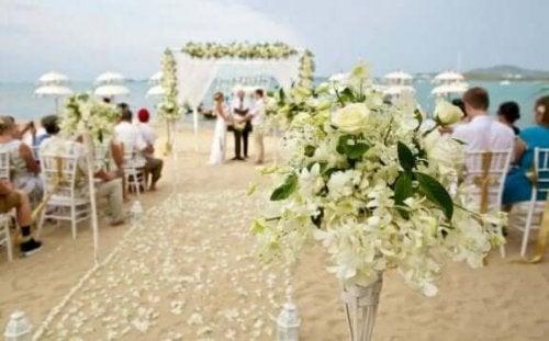 Bloemen op het strand tijdens een bruiloft