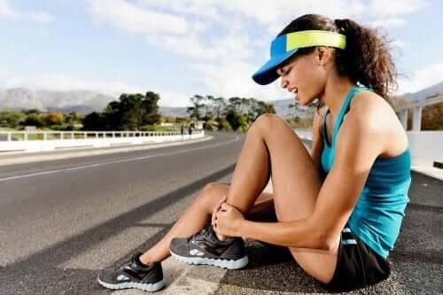 Vrouw met spierpijn na het sporten