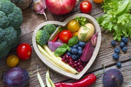 groenten in een hartvormige schaal