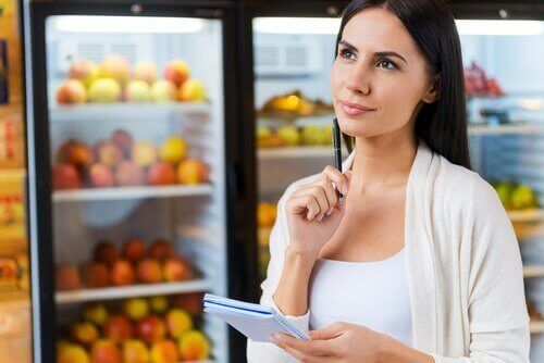 Vrouw die nadenkt over het etiket van een voedingsmiddel