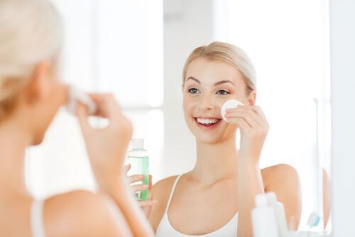 Vrouw gebruikt een toner voor haar gezicht