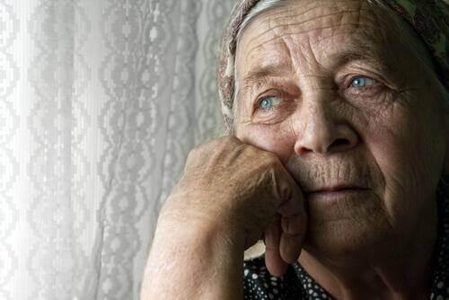 verdrietige oude vrouw