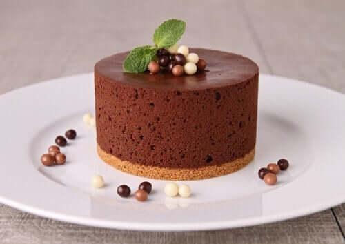 Ronde chocolademoude op een wit bord