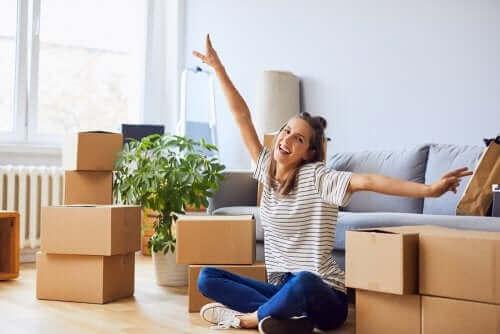 Vrouw pakt dozen in voor haar verhuizing
