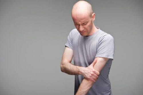 Een man met biceps en schouderpijn