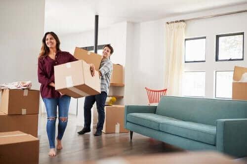 Een stel verhuist naar een nieuw huis