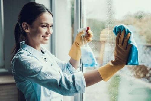 Een vrouw die haar ramen schoonmaakt