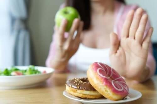 vrouw zegt nee tegen donuts