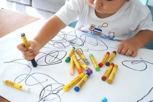 Een kind is bezig met een mooie tekening te maken
