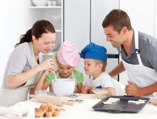 Een familie bakt koekjes in de keuken