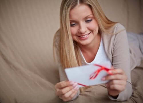 Een vrouw krijgt een liefdesbrief