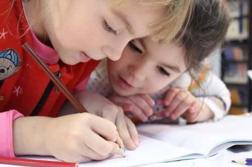 Twee kinderen geconcentreerd aan het tekenen