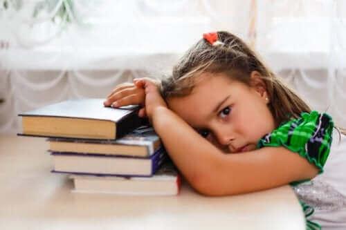 meisje hangt moe op haar boeken