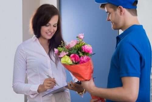 Verras je partner met bloemen