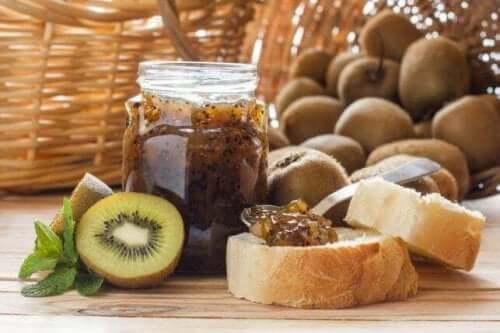 Zelfgemaakte jam met kiwi