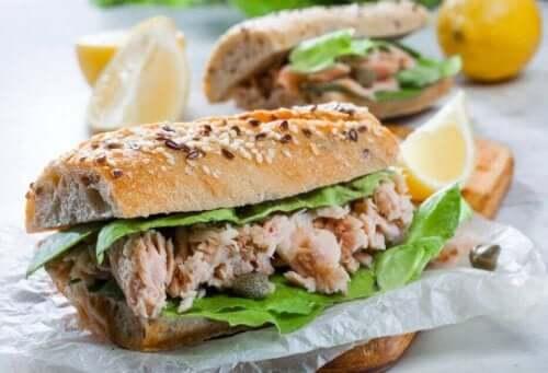 Broodje met tonijn en sla