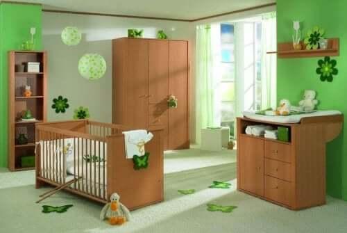 Kinderkamer met groene tinten en houten meubels
