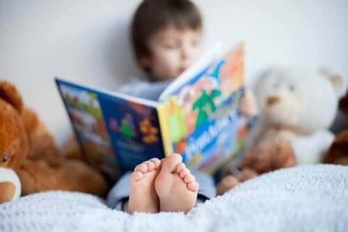 Jongen zit op bed te lezen