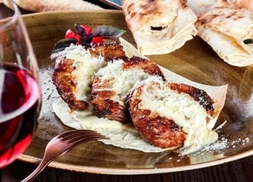 Kalfslapjes met Parmezaanse kaas klaar om te eten