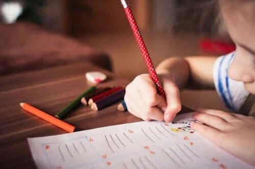 Kind maakt een schrijf spelletje