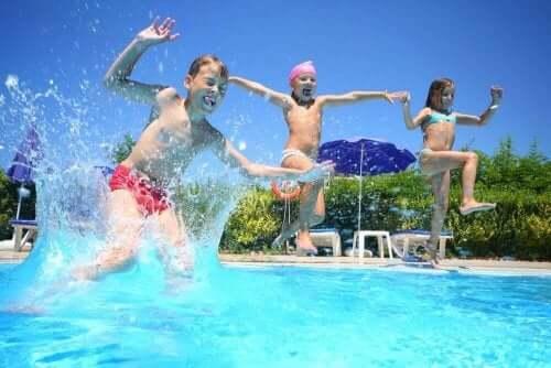 Kinderen springen blij het zwembad in