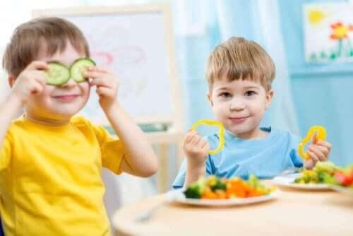 Jongens met komkommer en paprika