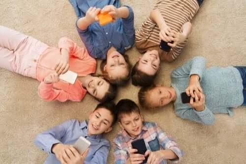 Kinderen die smartphones gebruiken