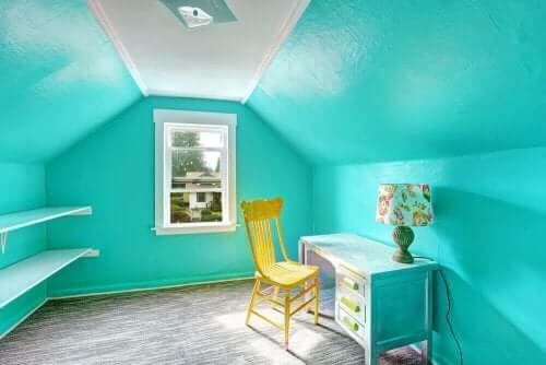 Blauwe kamer met een gele stoel