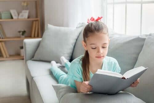 Meisje ligt op de bank te lezen