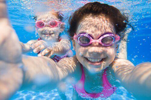 Twee kinderen onder water