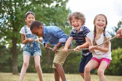 De kinderen die met activiteiten overladen zijn