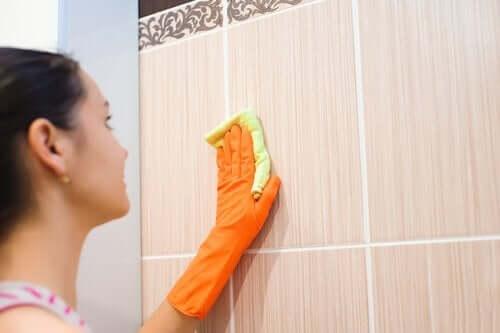 Vrouw is met een spons aan het poetsen