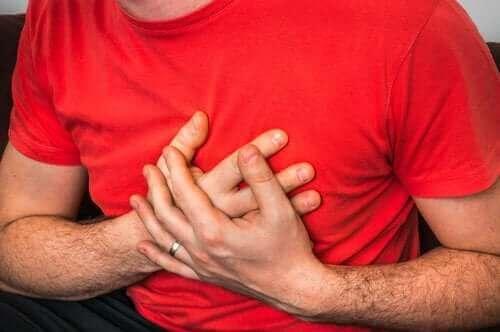 De oorzaken van pijn op de borst bij hoesten